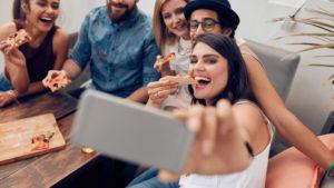 grupo-de-amigos-se-toma-selfie