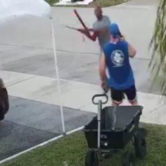 Captado en video atacando a un hombre con una espada por basura