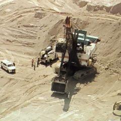 Un trabajador recibe descarga eléctrica mientras usaba una excavadora